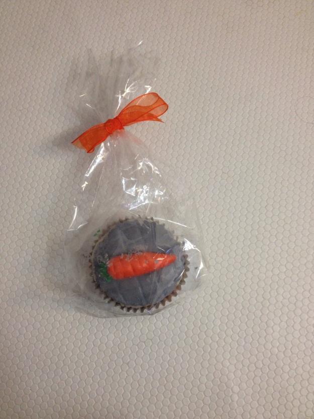 Cupcake com cobertura cinzenta a imitar a calçada portuguesa com uma cenoura  cima em 3D, cor-de-laranja