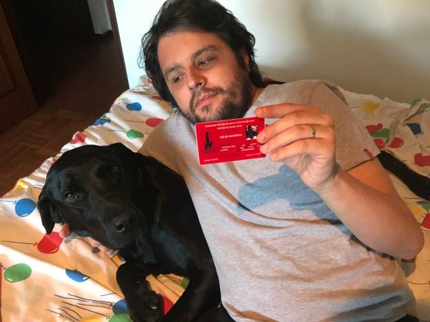Eu, com o cartão de dupla certificada na minha mão esquerda e o Lupi do meu lado direito
