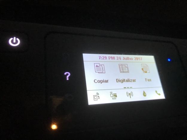 imagem do driver da impressora onde se vê o botão on/off e o ecrã tátil.