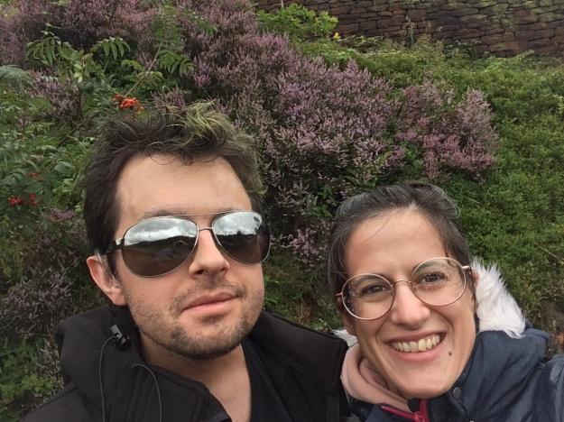 Eu e a Sofia com um fundo de arbustos lilases e erva verde, onde o meu cabelo (pintado de verde) se confunde com a vegetação.