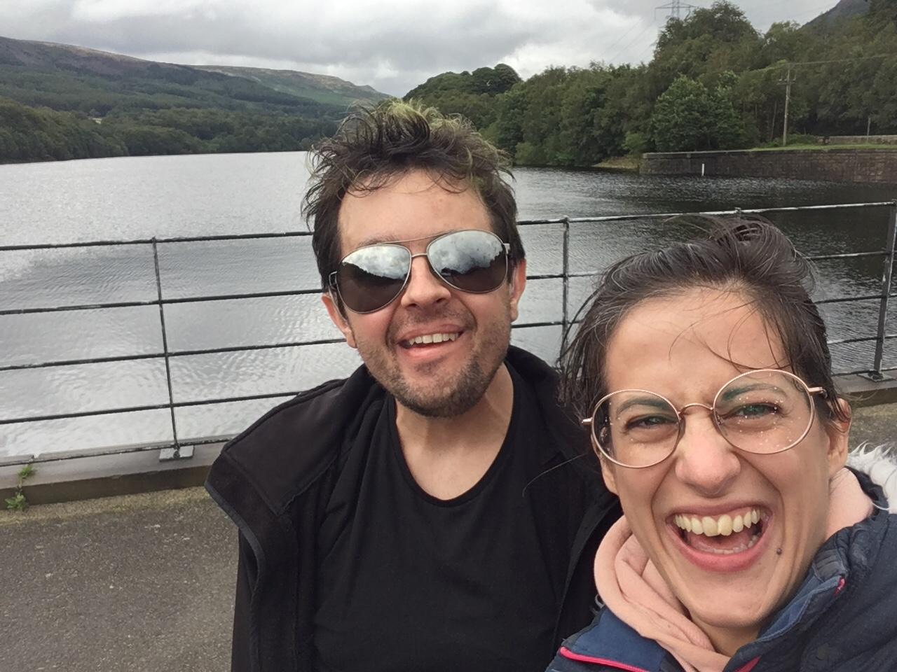 Eu e a Sofia na ponte entre os dois reservatórios. Eu a fazer cara de tan-tan e a Sofia a rir comó caraças.