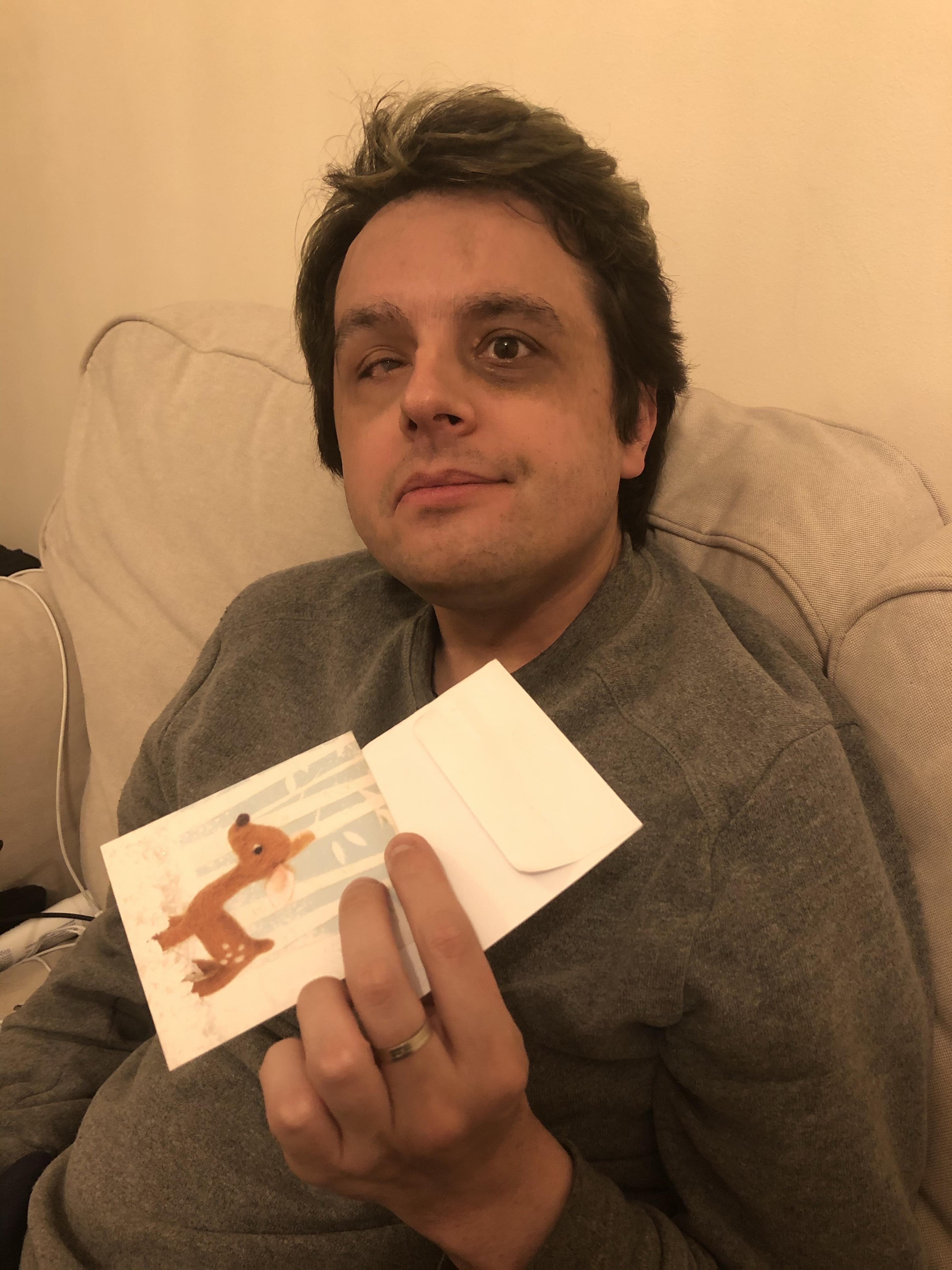 Eu a segurar o cartão e o envelope