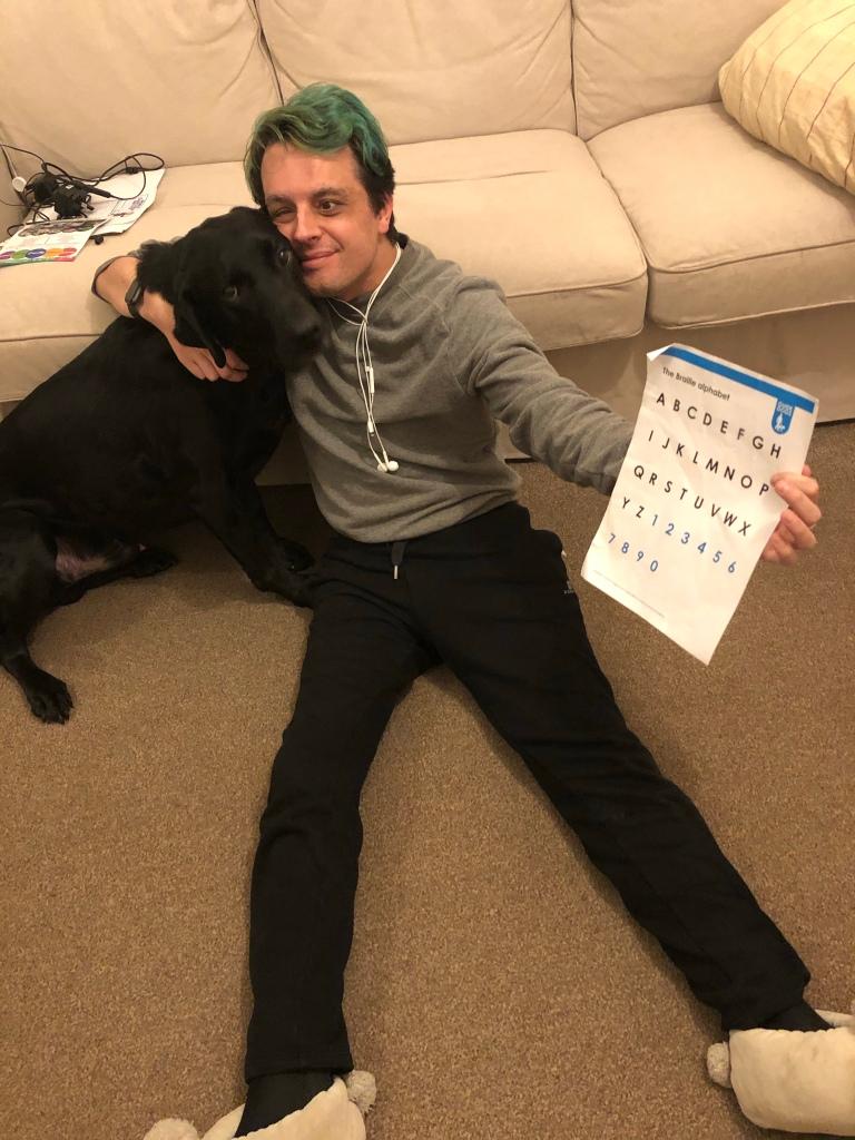 O Lupi e eu a segurar numa folha com o alfabeto em Braille.